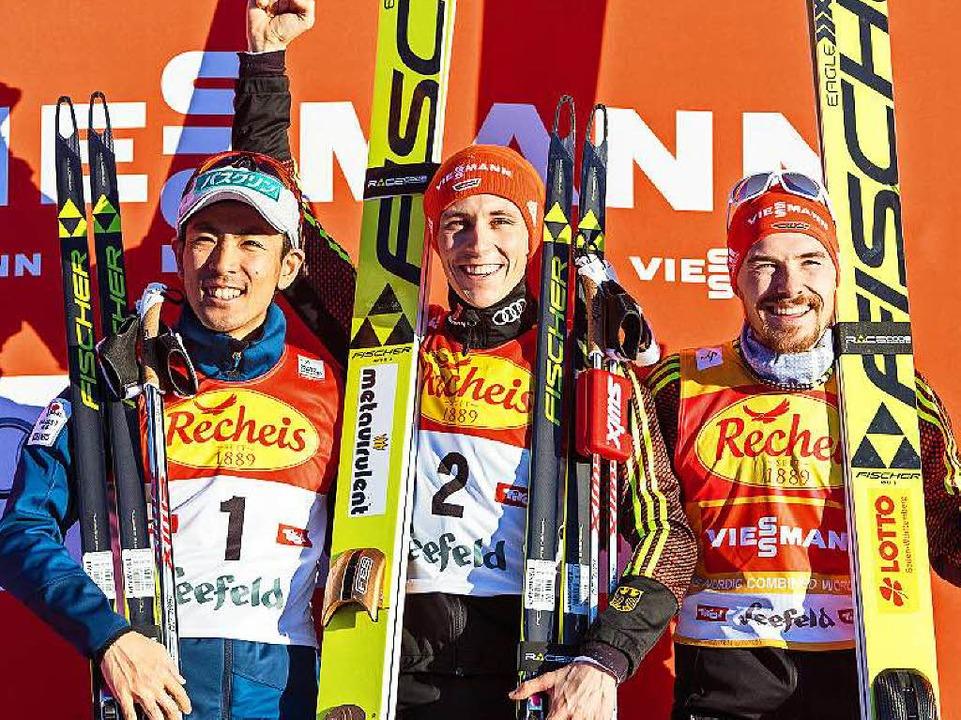 Sieger Frenzel (Mitte), der Zweitplatz...to Watabe und der Dritte Fabian Rießle  | Foto: dpa