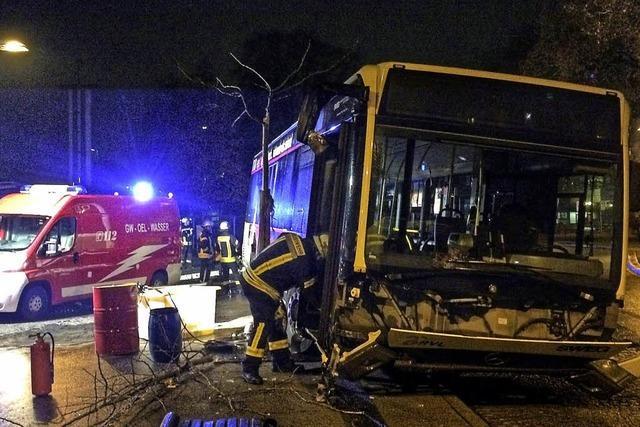 Linienbus schlitzt sich Tank auf – rund 150 Liter Diesel ausgelaufen