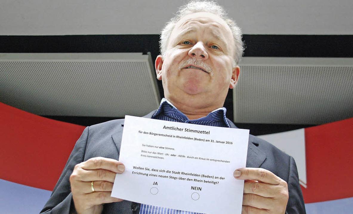 So sieht er aus: Hanspeter Schuler mit... Stimmzettel für den Bürgerentscheid.   | Foto: Ralf Staub