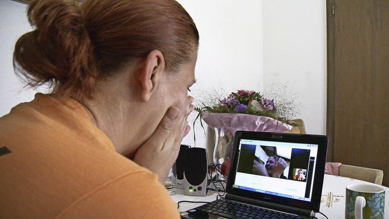 Lacht sie oder weint  sie? Die polnisc... Sobolak beim Skypen mit ihrer Tochter  | Foto: real fiction