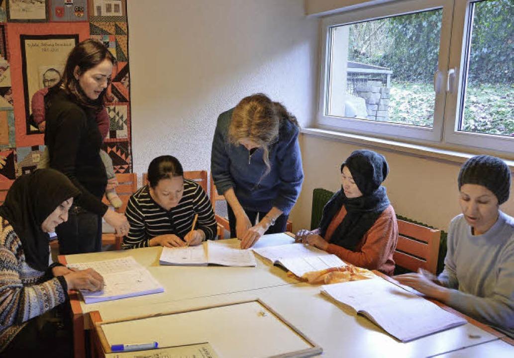 Neue Sprache, neue Schüler: Shaza Samr...tzt Mastora Madschidi aus Afghanistan.  | Foto: Anika Maldacker