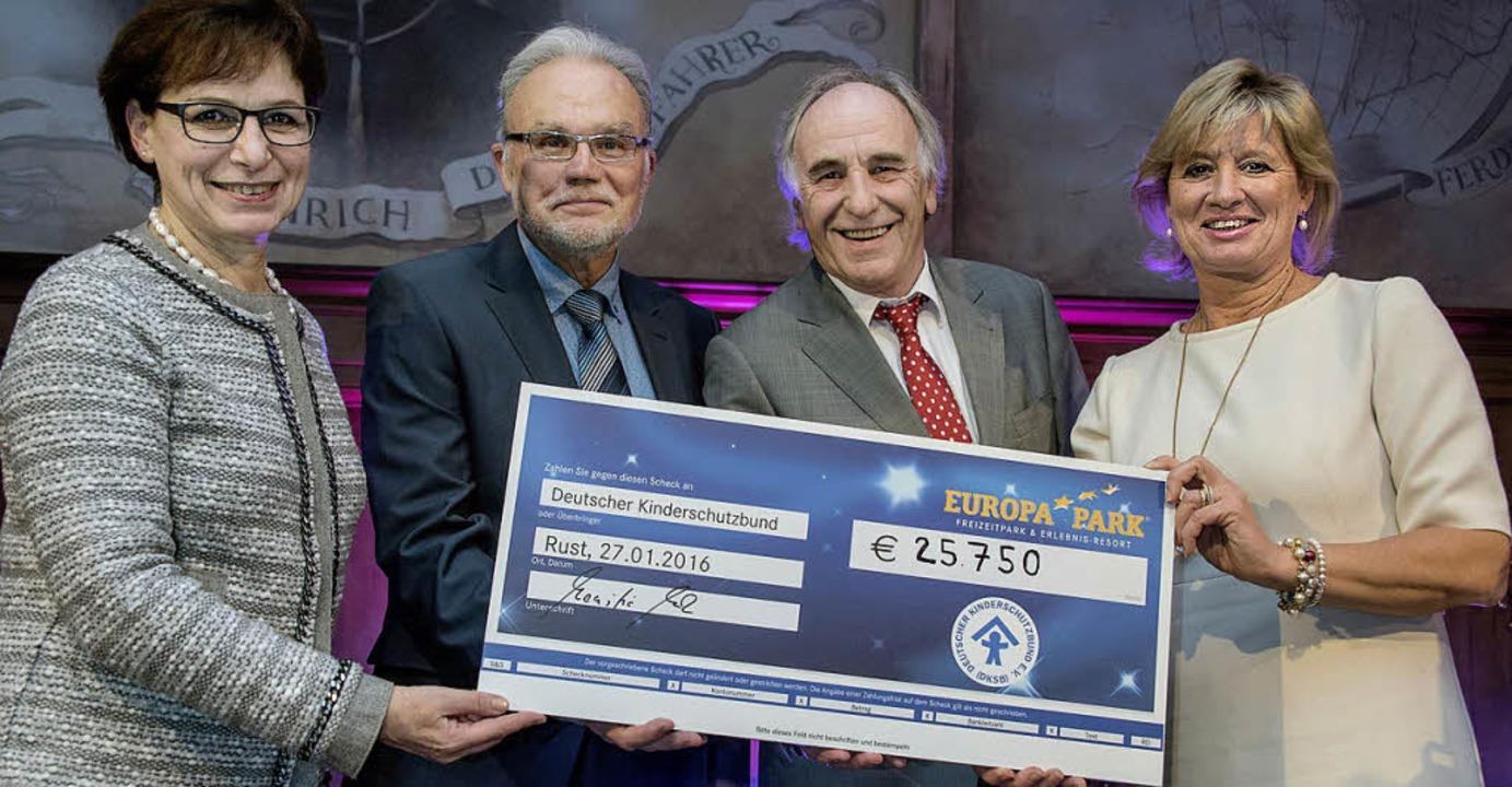 Edith Schreiner (von links), Jens-Uwe ... sich über das tolle Spendenergebnis.   | Foto: rein