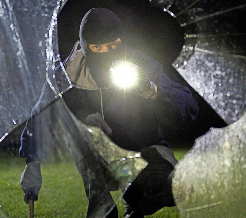 Die meisten Einbrecher kommen in den dunklen Monaten.   | Foto: dpa