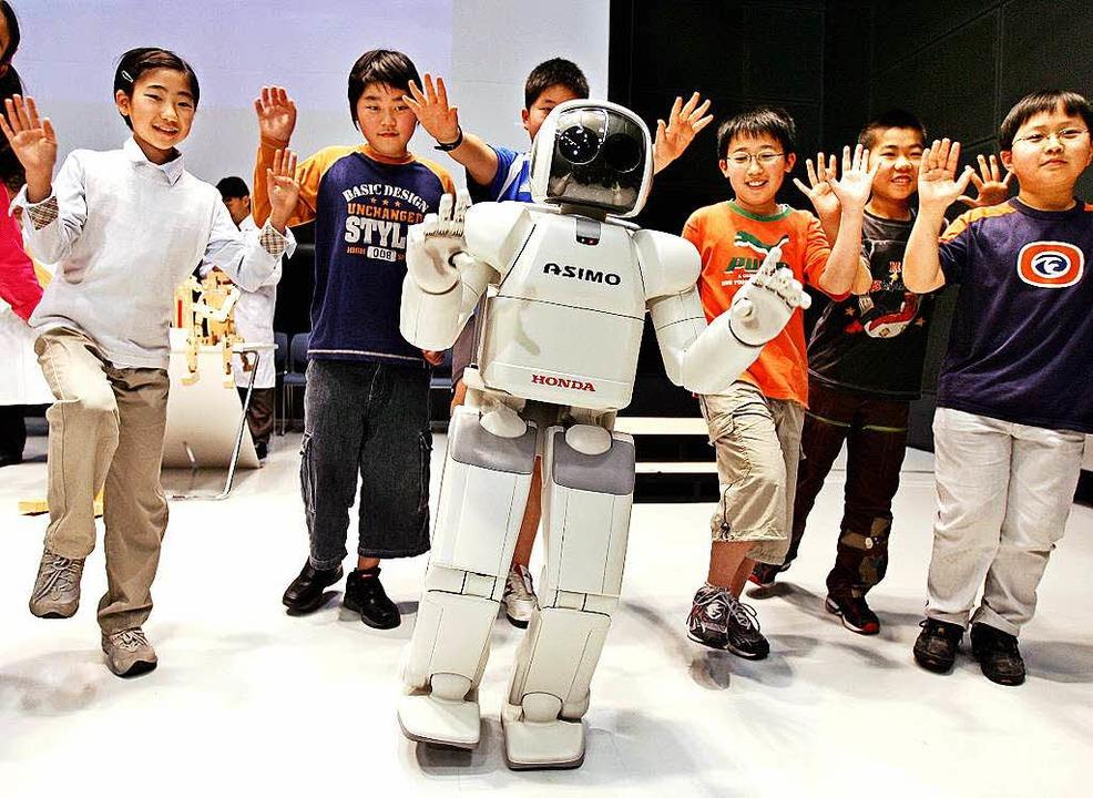 Zukunft in Japan:  Roboter sollen Aufgaben von Arbeitnehmern übernehmen.    Foto: AFP