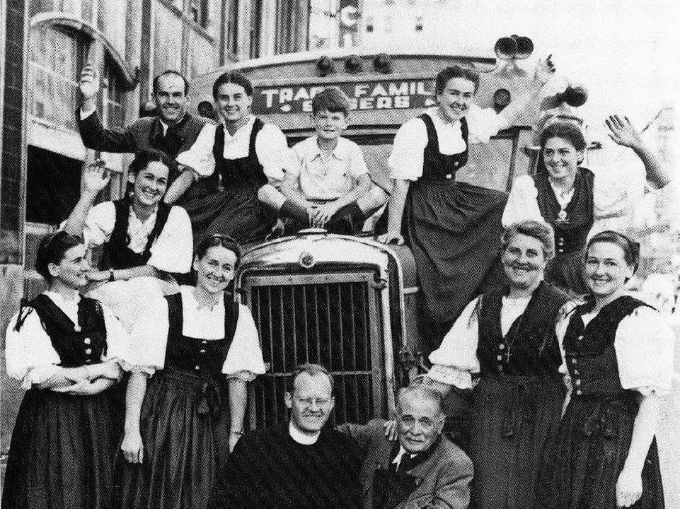 Die Trapp-Familie vor ihrem Tourbus während einer Konzertreise in den USA 1946    Foto: DB von Trapp