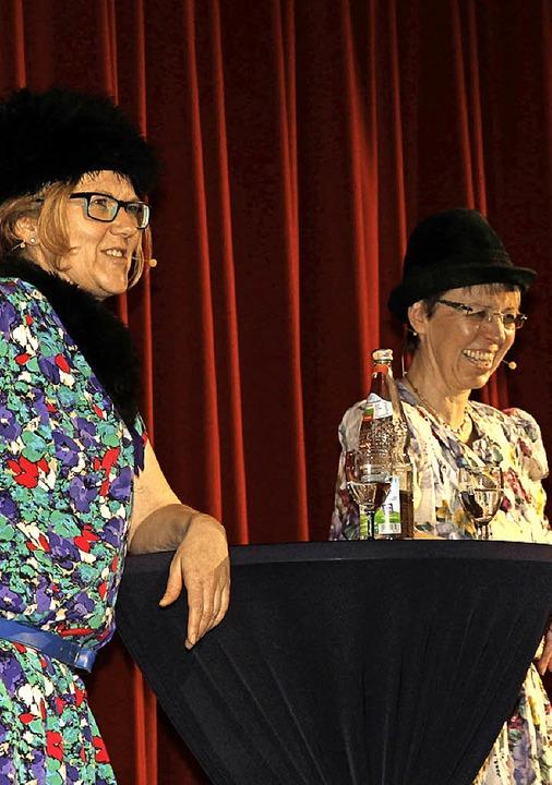 Lisbeth (links: Marika Reith) und Bert...) unterhielten das närrische Publikum.  | Foto: Eva Korinth