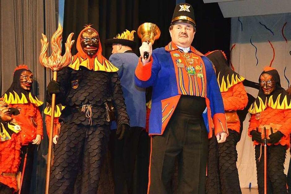 Büttel und Feuerteufel auf der Bühne. (Foto: Sylvia Sredniawa)