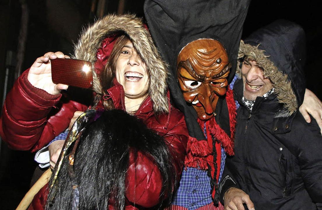 Ein Selfie mit Hexe – beim Nachtumzug in Schweighausen.   | Foto: Heidi Fössel