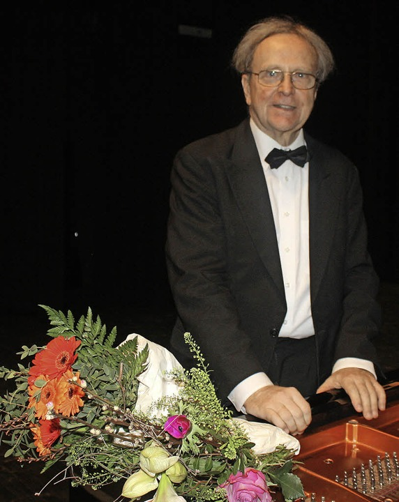 Michael Leuschner nimmt langen Beifall entgegen.   | Foto: Hildegard Karig