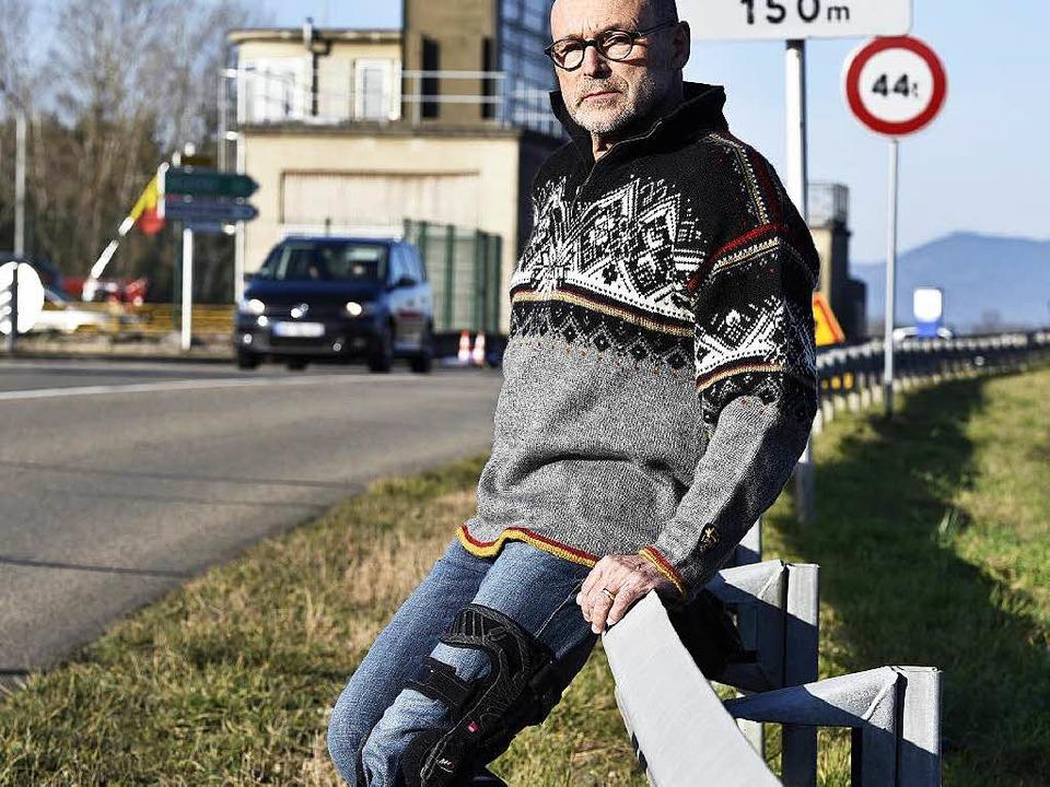Peter Kleisle am Grenzübergang Sasbach...r ihn ein Schäferhund angegriffen hat.    Foto: Thomas Kunz
