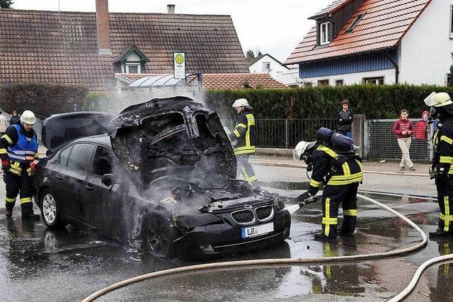 5er-BMW brennt in Lahr auf offener Straße aus