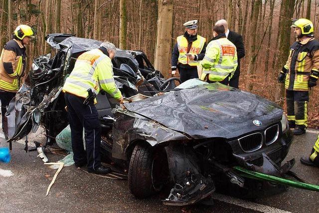 Tödlicher Unfall: 27-Jähriger stirbt im Wrack seines Autos