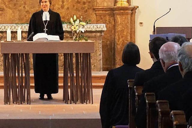 Junge evangelische Gemeinde in altem Kirchenbau