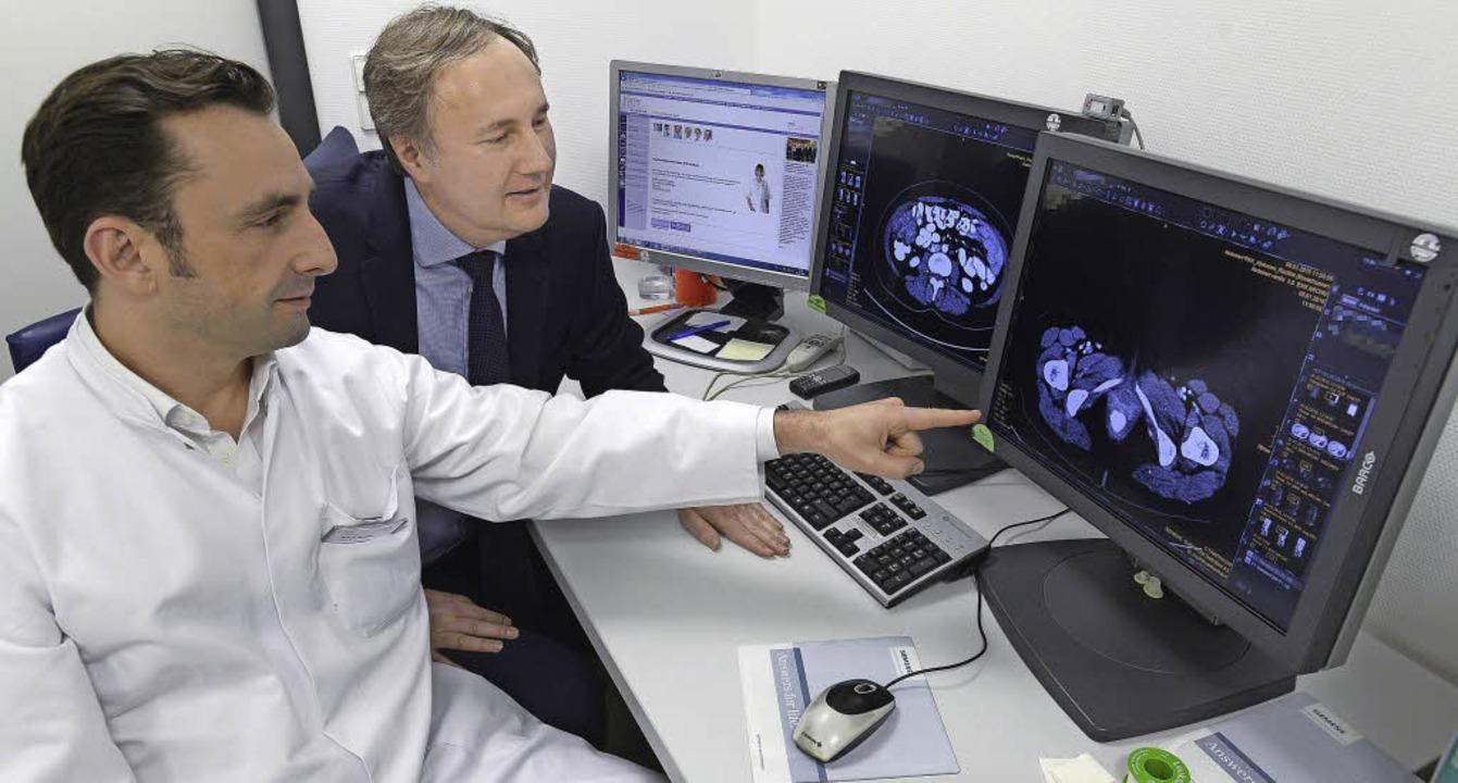 Stephan Kersting (links), Chefarzt der...eilkunde, CT-Aufnahmen von Patienten.   | Foto: Ingo Schneider