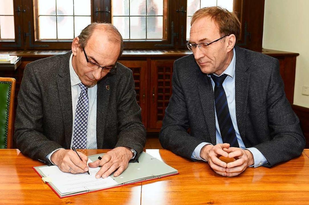 Zuschuss unter Dach und Fach: Rolf Sut... Montag die Verträge unterschrieben.    | Foto: Ingo Schneider