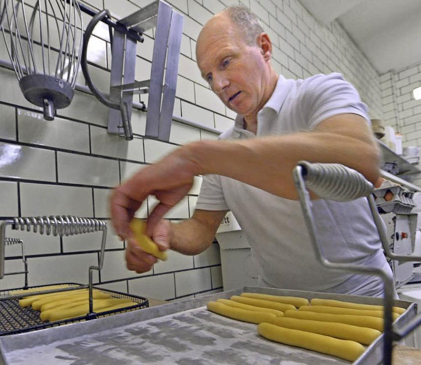 Gerhard Reinbold bei der Schenkele-Produktion  | Foto: Michael Bamberger