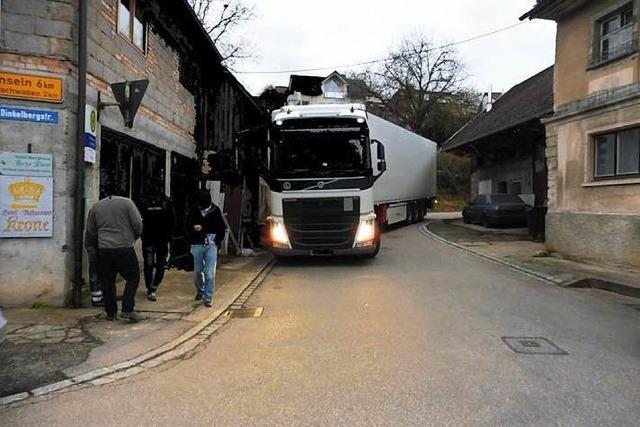 Chaos-Fahrt: Sattelzug bleibt in Kurve in Wiechs stecken – 20.000 Euro Schaden