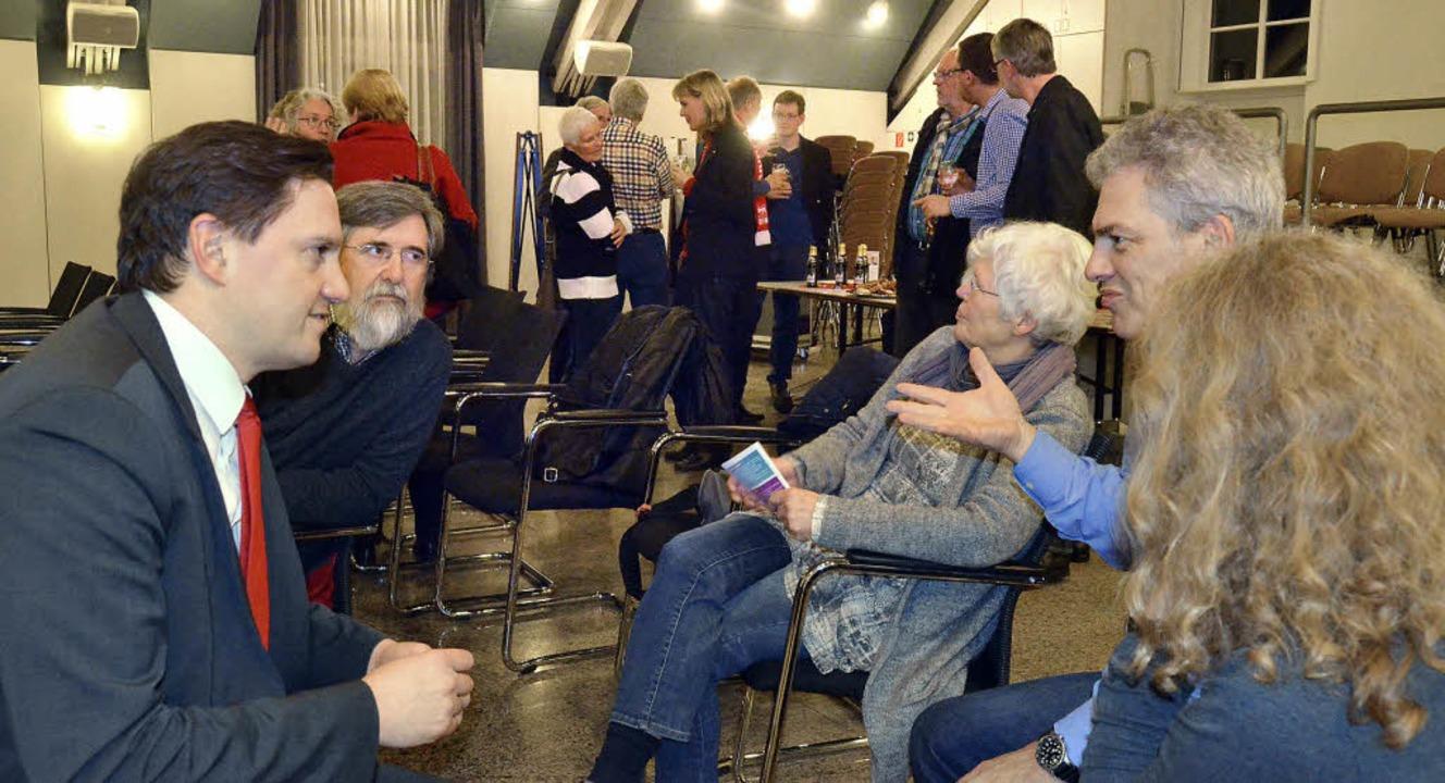 Der SPD-Bundestagsabgeordnete Johannes...d Krozingen mit Bürgern ins Gespräch.   | Foto: Susanne Müller
