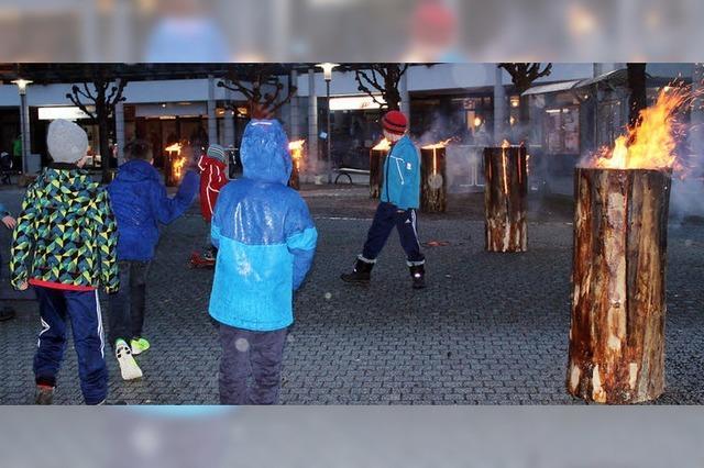 Feuerzauber auf Burger Platz bei Sturm und Regen