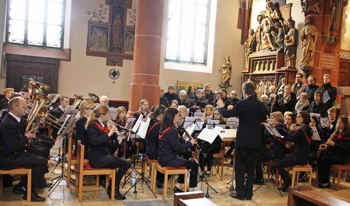 Die Feuerwehr- und Winzerkapelle Ehren...Kirchenchor den Jubiläumsgottesdienst.  | Foto: Hans Jürgen Kugler