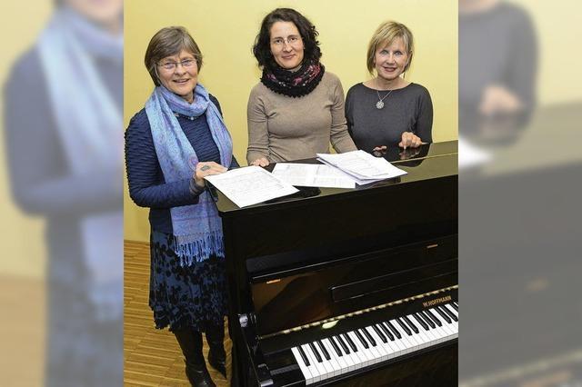 Drei Frauen übernehmen Männerstimmen im Pep Chor