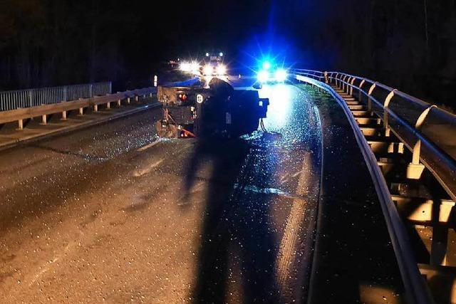 LKW verliert einen geladenen Traktor – Fahrer merkt nichts