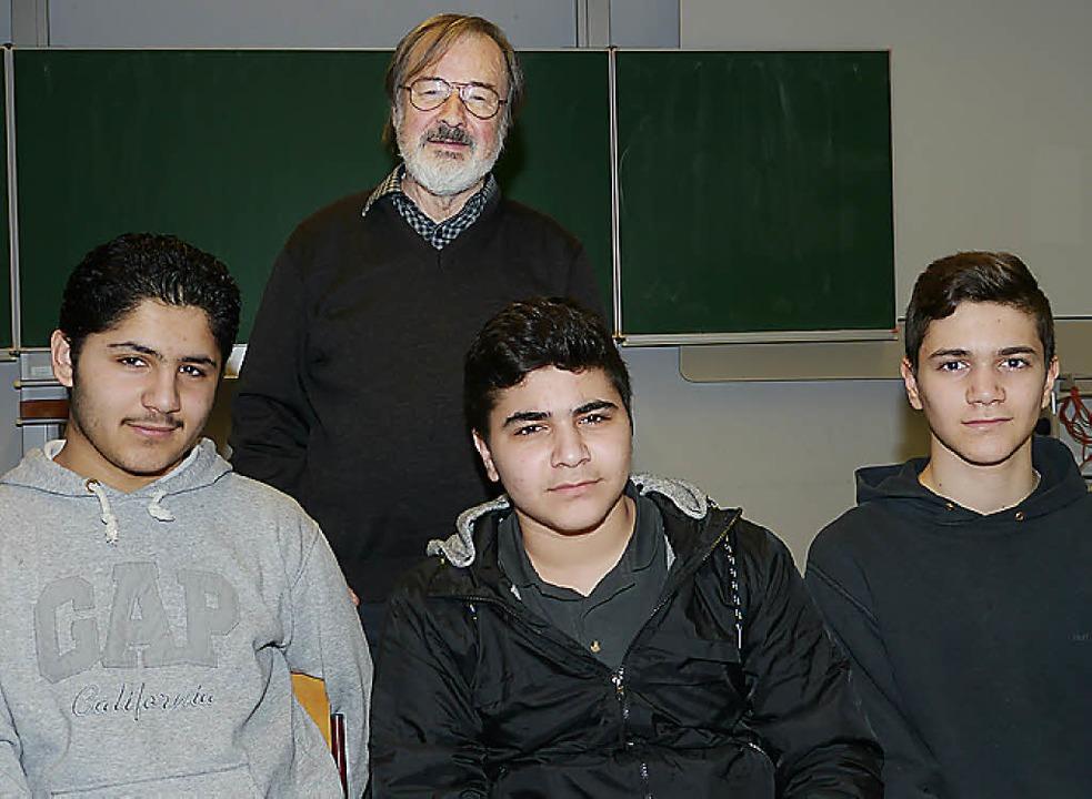 Für Schachklub-Vorstand Paul Eltermann...einsmitglieder Ahmad, Mohamed und Ali.  | Foto: Christa Hülter-Hassler
