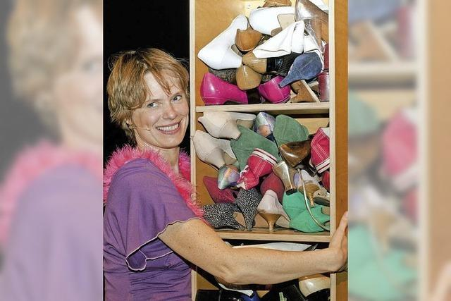 Cavewoman Stefanie Fritz gastiert im Gloria-Theater Bad Säckingen
