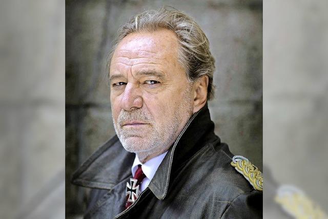 Gerd Silberbauer als General Harras in der Stadthalle