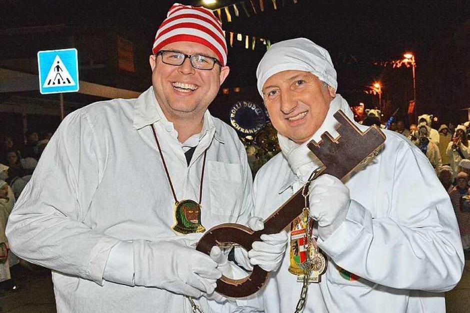 Schlüsselübergabe in Wyhlen. Bürgermeister Tobias Benz (gestreifte Mütze) hat nichts mehr zu vermelden. (Foto: Heinz u. Monika Vollmar)