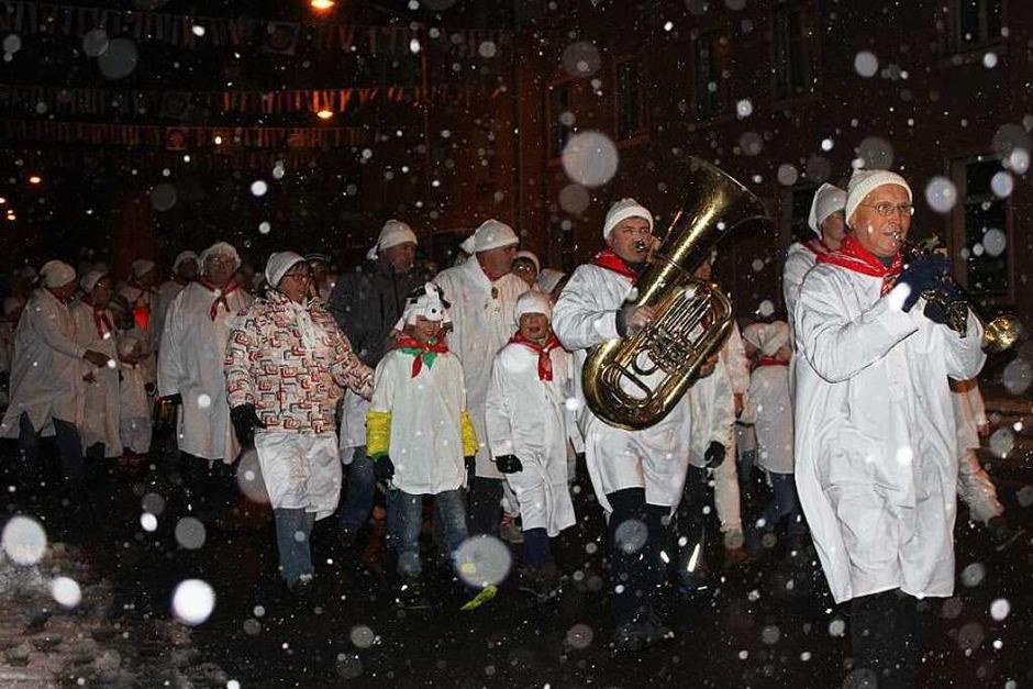 Was wäre die Fasnet ohne Narrenmusik? Undenkbar! Eisern trotzten die Musiker der Stadtmusik am Donnerstag Kälte und Schneetreiben. (Foto: Martha Weishaar)