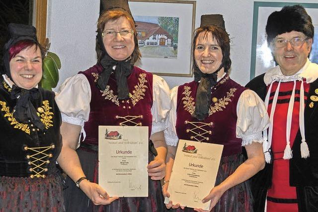 Silberne Ehrennadeln für treue Mitglieder der Volkstanzgruppe