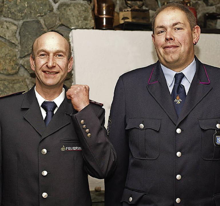 Daniel Stoll (links) präsentierte  die...Andreas Rheiner in der alten Uniform.   | Foto: Scheu