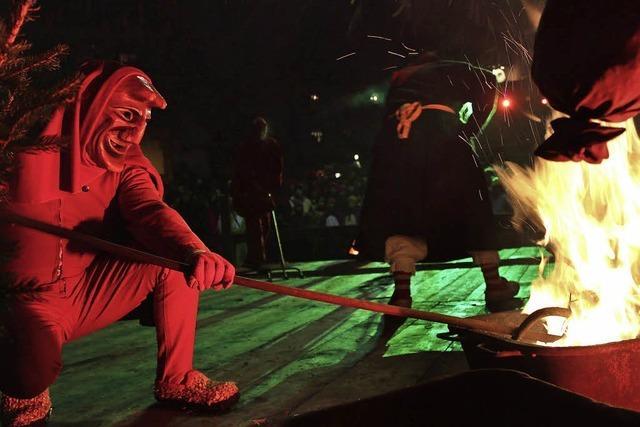 Schauriges Spektakel mit Hexentanz, Feuer, Blitzen und Donnergrollen