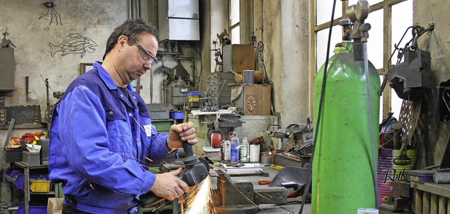 Nobi Bühler verarbeitet in seiner Werkstatt in Staufen  Metall zu Kunst.  | Foto: Ute Wehrle