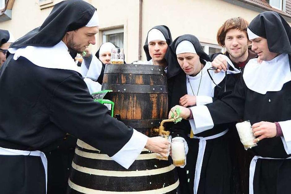 Großer Umzug in Sasbach: Die Kickers vom SV Sasbach waren als Nonnen beim Umzug dabei und hatten gleich das Bierfass mitgebracht. (Foto: Roland Vitt)