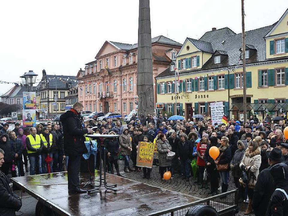 Rund 400 Russlanddeutsche kamen zu der Demo in Offenburg  | Foto: Ralf Burgmaier