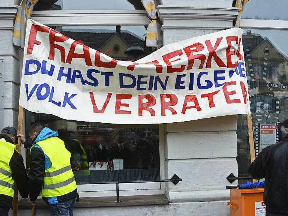 "Transparent: ""Frau Merkel, du hast dein eigenes Volk verraten""  | Foto: Ralf Burgmaier"