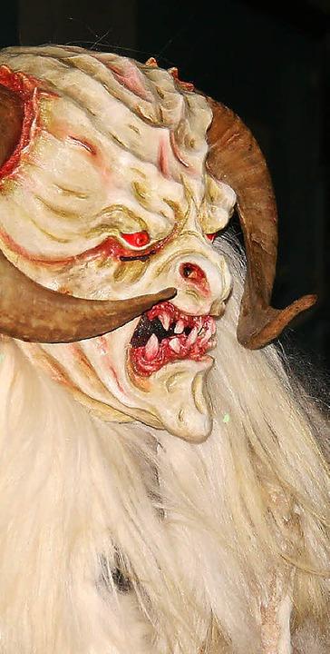 Unheimlich: eine Maske vom Hohlgass-Pa...m Bild mit einer Kehler Hexe (rechts).  | Foto: Peter Schütz