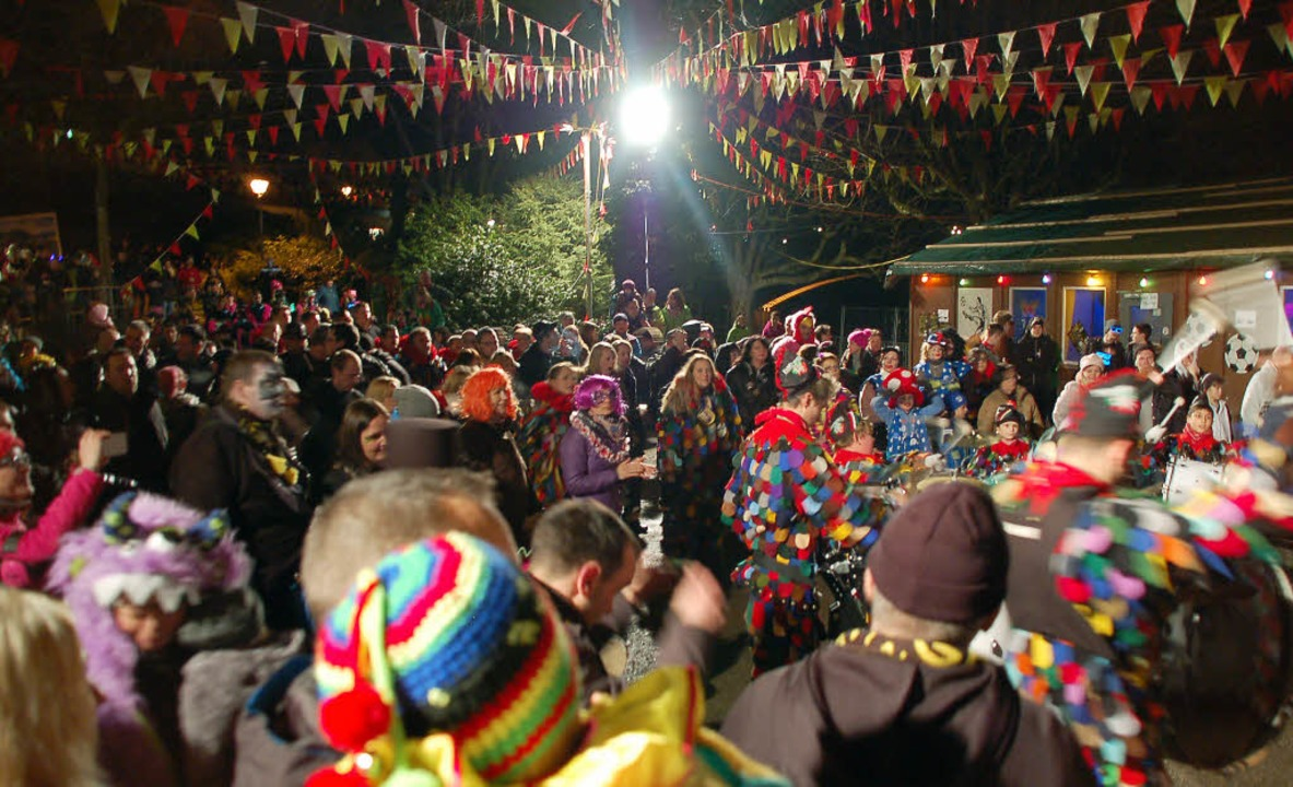 Tanzende und sich im Rhythmus wiegende...ie Codmananlage in eine Festivalwiese.  | Foto: Hildegard Siebold
