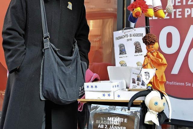 Eine Baslerin verkauft seit 15 Jahren Plaketten für die Basler Fasnacht