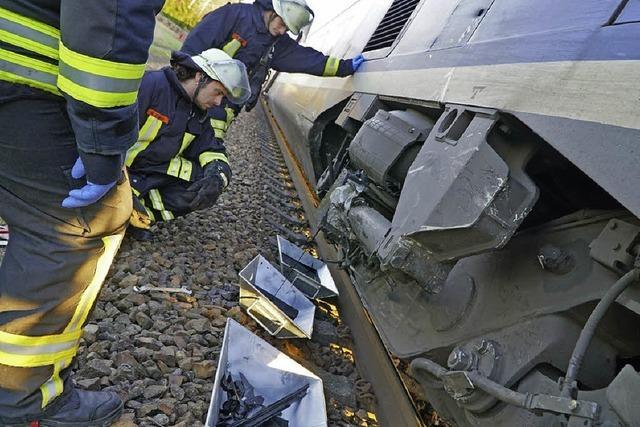 VW-Passat kollidiert im Bahnübergang mit TGV