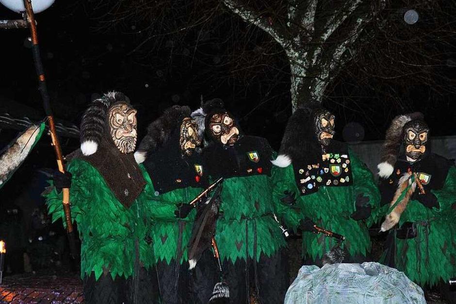 Vier neue Hohwaldgeischter kamen ins Tal und wurden mit einem kräftigen Schluck und schaurigen Geischtertanz aufgenommen. (Foto: Horst Dauenhauer)