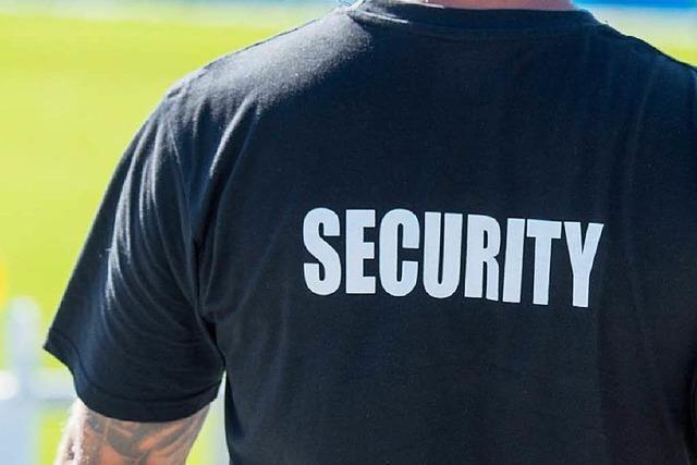 Mitarbeiter eines Sicherheitsdienstes vergreift sich an Flüchtlingskind