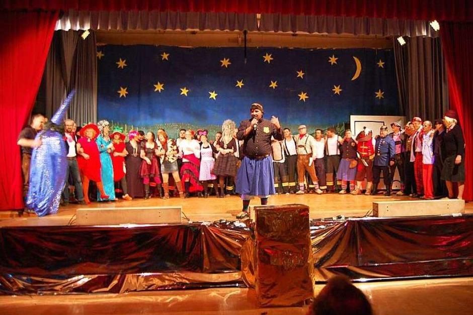 Zum Finale kamen alle Mitwirkende nochmals auf die Bühne. (Foto: Christian Ringwald)
