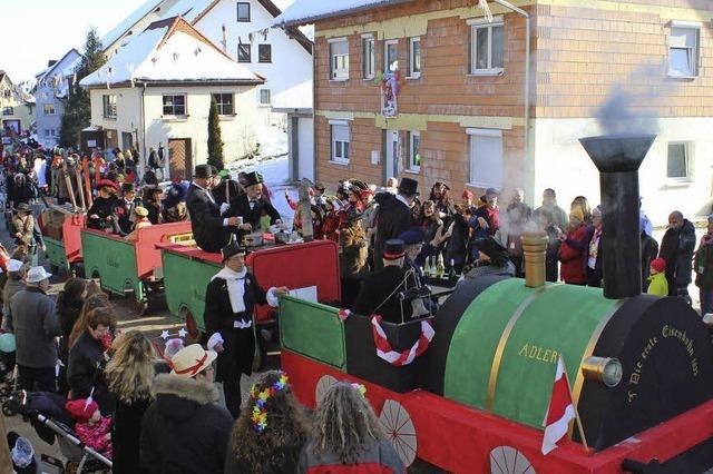 Umzug mit Motivwagen und Musikgruppen in Löffingen