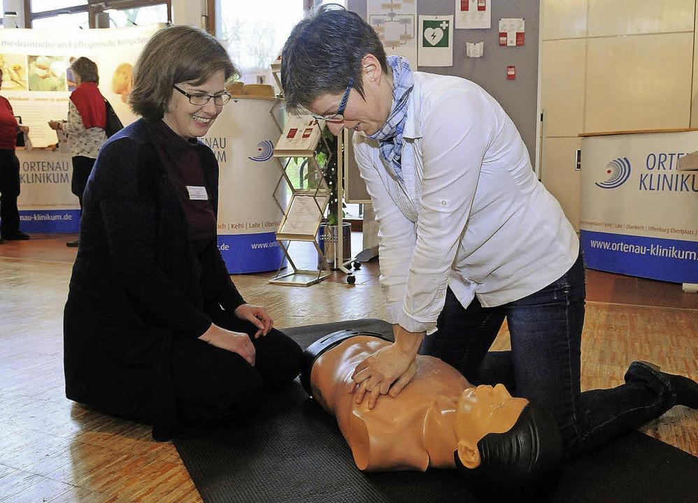 Reanimation an speziellen Puppen &#821... der Messe Wellness & Gesundheit.   | Foto: Archivfoto: Wolfgang Künstle