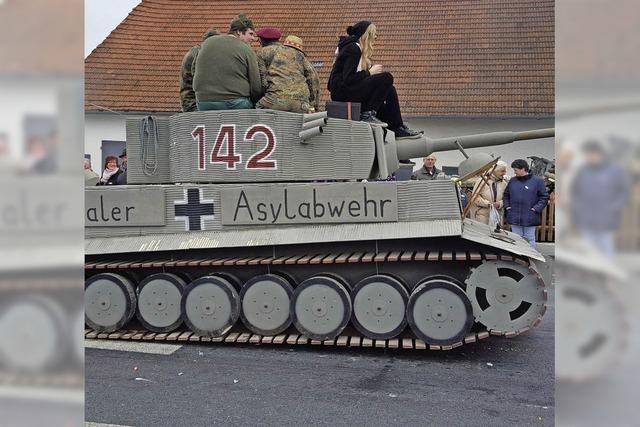 Eine Panzerattrappe beim Faschingsumzug sorgt für Unmut
