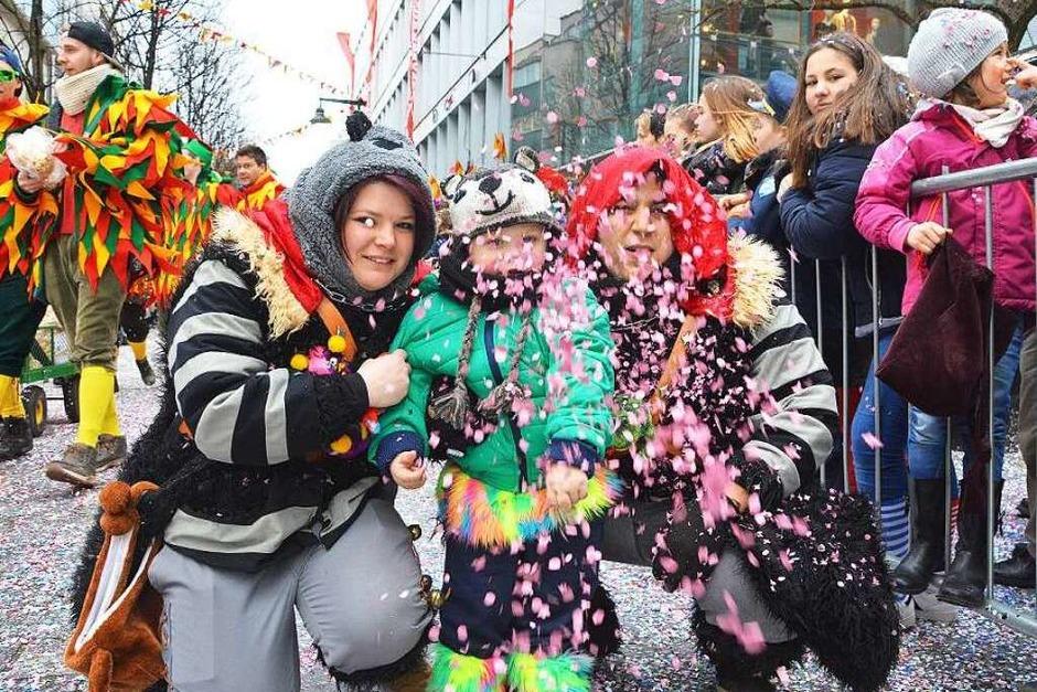 Jede Menge Konfetti und Süßigkeiten brachten die Narren unter die Kinder. (Foto: Barbara Ruda)