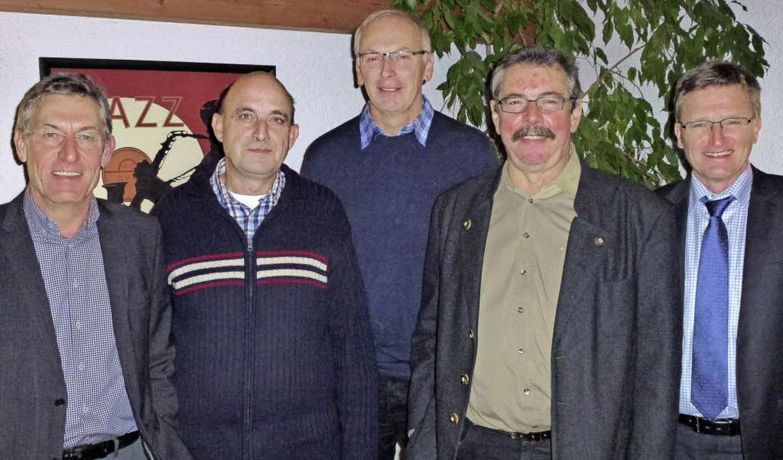Der wiedergewählte Vorstandsvorsitzend...nger, Dieter Lindemann und Achim Frey.  | Foto: PRIVAT